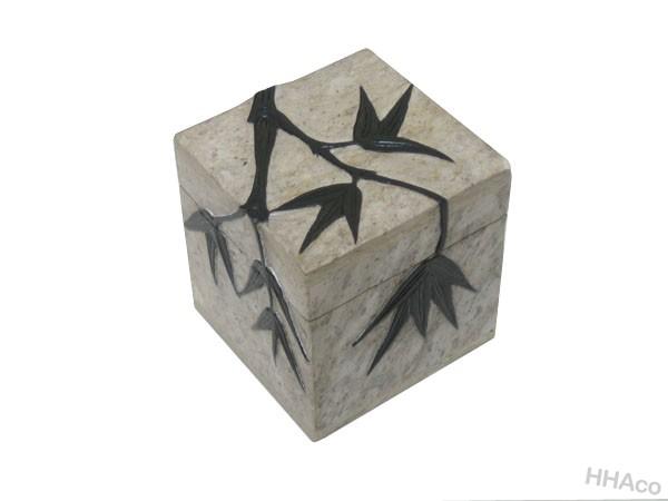 Hộp đá trắng cành trúc đen nổi